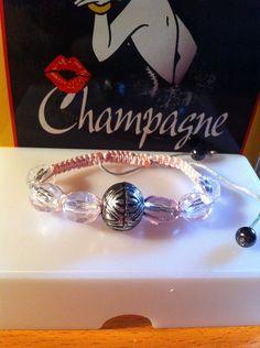 ~~Un bracelet shamballa avec six perles à facettes transparentes pour un effet diamant et au centre une perle ethnique argenté avec des gravures tibétaines. Il est réglable de treize à vingt centimètres environ pour s'adapter à tous types de poignets...