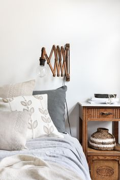 Man kann nie zu viele Kissen im Schlafzimmer haben. Verschiedene Formen und Designs verleihen deiner Einrichtung einen Hauch von Leichtigkeit! #kissen #leinenkissen #zierkissenbett #schlafzimmerdekoideen Cushion Covers, Designs, Decorative Pillows, Cushions, Throw Pillows, Elegant, Table, Pattern, House