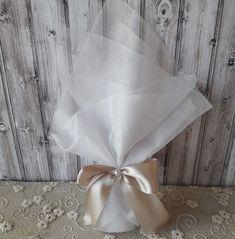 Μπομπονιέρα γάμου με εκρού τούλι ύφασμα 45χ50 εκ., κορδέλα σατέν πάχους 2,5 εκ. και εκρού πέρλα.  #μπομπονιέρεςγάμου #σατέν #γάμος #πέρλα #τούλι #wedding #mpomponieresgamou