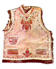 Oldalt gombolós bőrmellény Kakasdra (Tolna m.) települt bukovinai székelyektől. Néprajzi Múzeum,