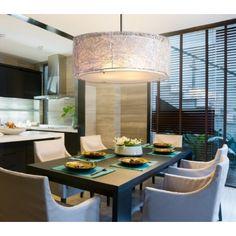Luminaire suspendu style contemporain avec abat-jour en organza argenté recouvert d'un fini argent brossé, idéal pour salle a manger, chambre, escalier et entrée.