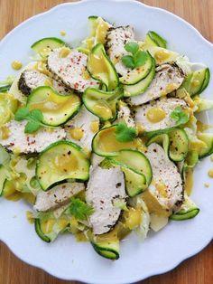 Sałatka, w której jedynym tłuszczem jest odrobina oliwy dodana do sosu. No i odrobina w żółtym serze - wybrałam lekki i delikatny. Kurczaka ...