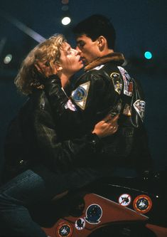 Charlie & Maverick - Kelly McGillis & Tom Cruise - Top Gun, poster maybe - Top Gun Movie, Kelly Mcgillis, Scene Couples, Movie Kisses, Val Kilmer, Don Juan, Jennifer Connelly, Iconic Movies, 80s Movies