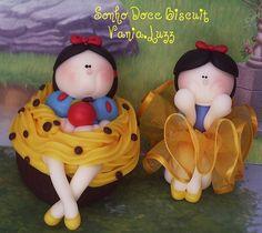 Cupcake Branca de Neve e Branca de Neve bailarina by Sonho Doce Biscuit *Vania.Luzz*, via Flickr