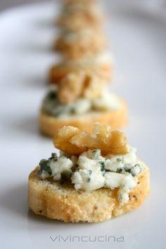 I crostini gorgonzola e noci sono davvero semplici da preparare, se scegliete di utilizzare il formaggio Roquefort li renderete speciali.