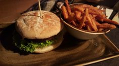 Vegetarischer Burger mit Süsskartoffelfritten im Hans im Glück (Regerplatz) in München. Lust Restaurants zu testen und Bewirtungskosten zurück erstatten lassen? https://www.testando.de/so-funktionierts