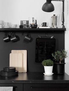 IKEA compact living - via Coco Lapine Design Black Kitchens, Home Kitchens, Kitchen Black, Mini Kitchen, Fintorp Ikea, Kitchen Dining, Kitchen Decor, Compact Kitchen, Compact Living