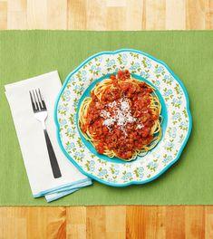 This Hearty Spaghetti Sauce is a Cinch to Makethepioneerwoman Beef Recipes, Italian Recipes, Cooking Recipes, Yummy Recipes, Yummy Yummy, Delicious Food, Dinner Recipes, Garlic Cheese Bread, Al Dente