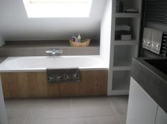 Nis voor handdoeken naast bad zou bij ons dan links moeten aan de kant waar de douche komt. Rand naast bad als verhoging waar kraan uit komt. Attic Bathroom, Wood Bathroom, Bathroom Toilets, Small Bathroom, Bad Inspiration, Bathroom Inspiration, Dream Bathrooms, Beautiful Bathrooms, Loft Conversion Bedroom