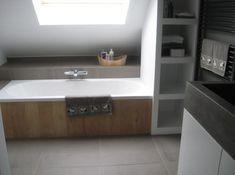 Nis voor handdoeken naast bad zou bij ons dan links moeten aan de kant waar de douche komt. Rand naast bad als verhoging waar kraan uit komt.