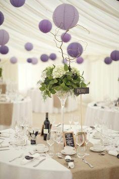 deco salle de mariage avec boules chinoises violettes
