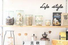 劇的に汚れが落ちたッ!フライパンの底のしつこい汚れには○○が1番♪ | PAS A PAS -DIYとGREENのある暮らし- Floating Shelves, Home Decor, Style, Swag, Decoration Home, Room Decor, Wall Shelves, Home Interior Design, Outfits
