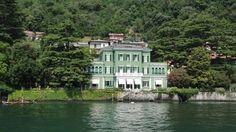 Villa direttamente a lago di importante architettura composta di un fabbricato principale su tre piani di circa 900 mq. posto al centro del parco di circa 2.000 mq in parte sul lago e in parte a monte della via Regina
