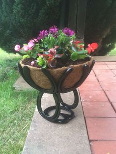 Finished floor planter out of horse shoes #HorseShoeCrafts #Horseshoecraftsideas #Horseshoearts&crafts