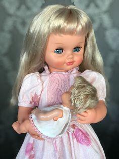 TITTI E Cialdino. SEBINO. Una versione della famosa bambola , piuttosto rara. Abito e capelli così come fotografati sulla scatola sono diversi dalla prima edizione classica più famosa. Vinyl Dolls, 3, Cinderella, Disney Characters, Fictional Characters, Disney Princess, Face, Fotografia, The Face