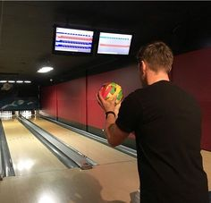 Jensen bowling with SPN Tape Ball Jensen Ackles, Daneel Ackles, Smallville, Dean Winchester, Spn Season 12, Picture Watch, Supernatural Tv Show, Crazy People, Love My Job