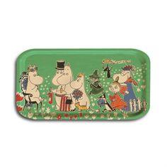 Fødselsdagsbakken er en farverig bakke med det dejlige Mumitrolde-motiv fra original illustration af Tove Jansson. Er indbefattet i Opto design kollektionen Moomin The Collection.