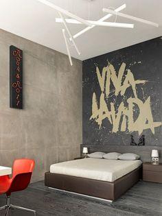 murs gris et revêtemet de sol aspect bois gris dans la chambre à coucher