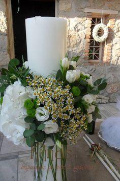 στολισμός γαμήλιας λαμπάδας με λινάτσα, ορτανσια ,χαμομηλι , τουλιπες, λυσιανθο