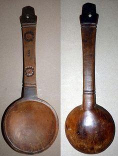 CUILLERE LOZI (Zambie). En bois, le cuilleron rond tenu par un manche plat gravé de deux cercles de points et percé d'un trou de suspension. 31 x 10 cm