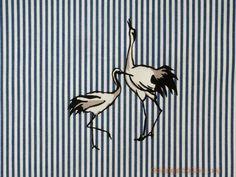5507ХПЛ Журавлики. Хлопок 100%. Тонкая, плотная, пластичная, сорочечная ткань в тонкую полосочку с танцующими птицами. Фон молочный, полосочки серо-голубые. Ширина 140 см (на фото кромки слева и справа).