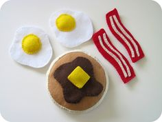 Felt food! The perfect accessory to go along with that DIY play kitchen I want to make...