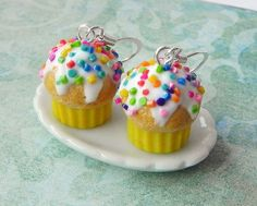 I have an obsession with cupcakes Kawaii Jewelry, Cute Jewelry, Jewelry Accessories, Lemon Cupcakes, Mini Cupcakes, Biscuit Cupcakes, Pasta Flexible, Polymer Clay Charms, Savoury Cake