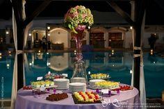 buffet de postres boda junto al mar radiant orchid pantone Marbella