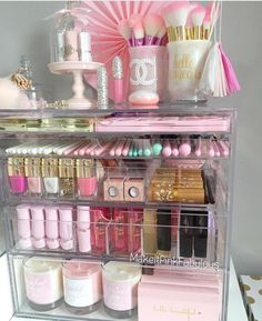 You can make your own DIY makeup organizer so that you can put your makeup in more efficient way. With makeup storage, you can put your makeup in one place and prevent them from scattering. Diy Makeup Organizer, Organizer Box, Make Up Organizer, Make Up Storage, Makeup Organization, Organizers, Makeup Desk, Makeup Rooms, Pink Makeup