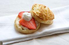 Gli scones sono dei dolci diffusissimi nel Regno Unito, di origine scozzesi: si tratta di una via di mezzo tra un panino, un biscotto e una torta, non si può descrivere di preciso! Si servono all'ora del the con la caratteristica clotted cream (in alternativa con la panna montata o il burro) e le fragole …