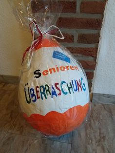❤ seniors surprise ❤ children surprise quite different. Many have already easter eggs, bowls u.m of balloons and clothes … - Diy Gifts Diy Birthday Gifts For Dad, Birthday Presents, Happy Birthday, Diy Presents, Diy Gifts, Diy Ballon, Christmas Diy, Christmas Bulbs, Idee Diy