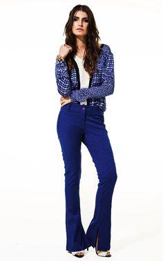 Lookbook Raizz Primavera-Verão 14 - Camisa estampa azulejo, com  recortes em preto e branco. Calça flare azul com fenda lateral