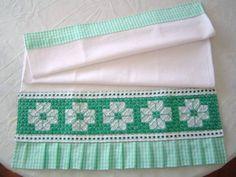 Pano de prato em tecido de algodão c/ barrado bordado em tecido xadrez.  Este produto pode ser feito sob encomenda em varias cores (veja amostra de cores no album BORDADO EM TECIDO XADREZ) R$ 18,00