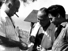 Colonel Parker chatting with Elvis and Producer Hal. B Wallis in april 17 1961 on the movie set Blue Hawaii .