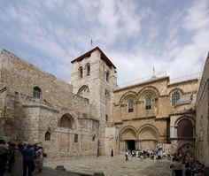 【イスラエル】聖墳墓教会 −聖墳墓教会− エルサレム旧市街にあるキリストの墓とされる場所に建つ教会でゴルゴタの丘はこの場所にあったと言われている所だ。2度の火災とイスラム教徒の破壊されたが十字軍の修復によって再建が進み、1810年頃に今の形となった。 −塗油の石− 十字架から降ろされたイエスの遺体を「塗油の石」と言う呼ばれるバラ色の石に置き,亜麻布でくるんで仮埋葬の支度をした場所とされており信者達はここで石に口づけをする。