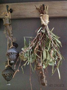 Ornamenten als deco aan de kapstok Country Lifestyle, Natural Interior, Closer To Nature, Halloween Season, Drying Herbs, Christmas Love, Art Of Living, Rustic Chic, Natural Living