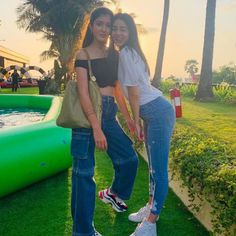 Ananya Panday (born on October is an Indian actress who works in Hindi films. The elder daughter of actor Chunky Pandey and Bhavana Panday. Bollywood Girls, Bollywood Stars, Bollywood Celebrities, Bollywood Fashion, Bollywood Actress, Celebrity Casual Outfits, Best Photo Poses, Beautiful Actresses