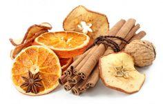 Se amate il fai da te, ecco un'idea carina per decorare la vostra casa in perfetto stile natalizio: le fette di arancia essiccate. Realizzarle ...