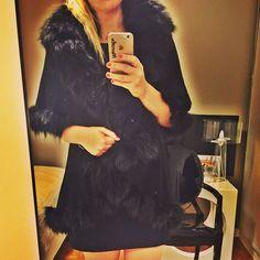 Uma das peças que eu mais amo! Ela é 3 em 1...casaco, colete e estola! 👏🏻👏🏻👏🏻 Na foto estou usando como casaco! ❄️ Disponível para venda e locação! 📧 marcela@thedressingproject.com 📲11992451628 👉🏻👗#followthedress #thedressingproject