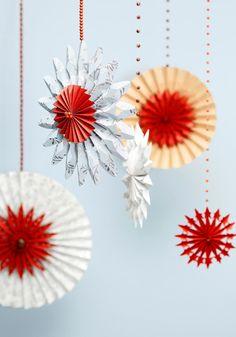 Paperiset jouluauringot ovat perinteisiä ja näyttäviä joulukoristeita. Katso Unelmien Talo&Kodin ohje ja askartele joulukoristeet paperista tai tapetinpaloista!