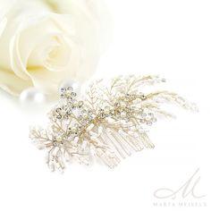 Romantikus stílusú, különleges menyasszonyi hajfésű apró fehér gyöngyökkel és kristályokkal díszítve. Könnyen a frizurád formájához igazíthatod a hajlékony drótok segítségével. A hajdísz nikkelmentes fémből készült, nem okoz allergiát.