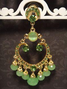 Brinco candelabro com strass Swarovski verde e pingentes de cristais verdes, metal dourado. R$67,00