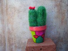 Cactus de ganchillo en tiestos pintados a mano.