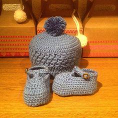 Thebebittos.blogspot.com.es  Hoy os proponemos un conjunto para los  chicos! Para protejer a los bebes de los ultimos coletazos del invierno!. #ganchillo #crochet #crocheting #hechoamano #patucos #peucos #gorrosdebebe #gorros #españa #cajitas #reciennacido #hechoenespaña