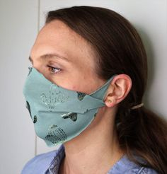 Maske basteln ohne Nähen: Schnelle Anleitung (2 Minuten) Easy Face Masks, Diy Face Mask, Neoprene Face Mask, Black And White Stars, Sewing Accessories, Diy Mask, Sewing Projects, Sewing Patterns, Textiles