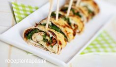 Omeletrolletjes met rucola en feta (ipv mozzarella)/ omelet rolls with arugula, pinenuts sundried and cheese (recipe is in Dutch) Appetizer Recipes, Snack Recipes, Cooking Recipes, Appetizers, I Love Food, Good Food, Yummy Food, Vegetarian Recipes, Healthy Recipes