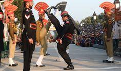 Beating retreat ceremony में पाकिस्तानियों ने लगाए #भारतविरोधीनारे, पत्थर फेेंके  #Beatingretreatceremony #भारत