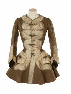 Chaqueta de lana marrón cosida a mano, basada en un abrigo de hombre, con modificaciones en la cintura para encajar al cuerpo femenino y una amplia enagua. 1750
