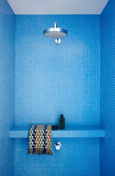 Creative Ideas For A Bathroom Makeover: Bright and bold mosaic tile. A vibrant blue mosaic tile looks especially striking in a clean-lined modern shower. An oversize shower head and simple built-in shelf are all the extras needed. Shower Corner Shelf, Shower Shelves, Bathroom Shelves, Bad Inspiration, Bathroom Inspiration, Minimalist Showers, Blue Tiles, Blue Mosaic, Modern Bathroom Design