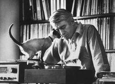 Rod McKuen, a 1960's singer, songwriter,  musician and poet.   E seu gatinho escutando alguns discos.